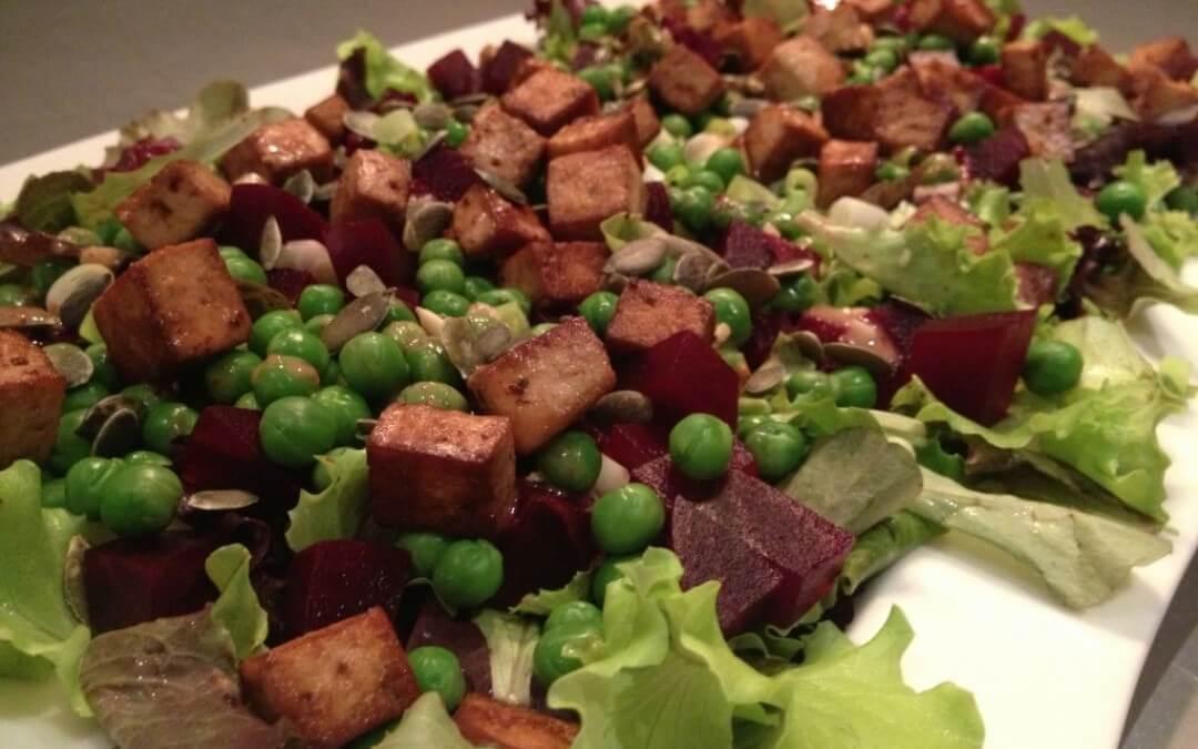 Bietensalade met tofu, erwtjes en tahin