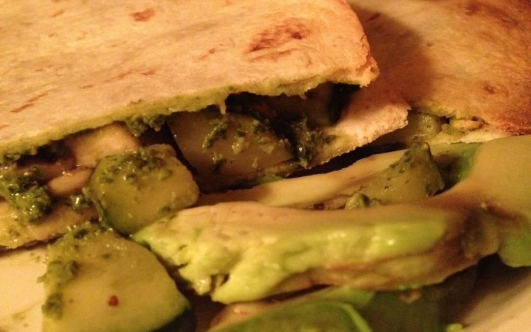 Quesadilla met champignons, courgette en korianderpesto