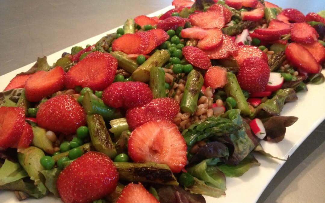 Lente salade met asperges en aardbeien