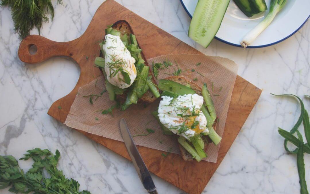 Toast met gebakken komkommer, kruiden en ei